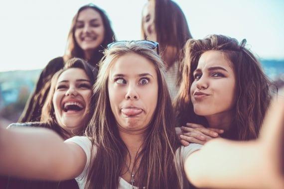 Het is bewezen, meisjes lijken knapper als ze in een groepje zijn (oftewel, het cheerleader-effect)