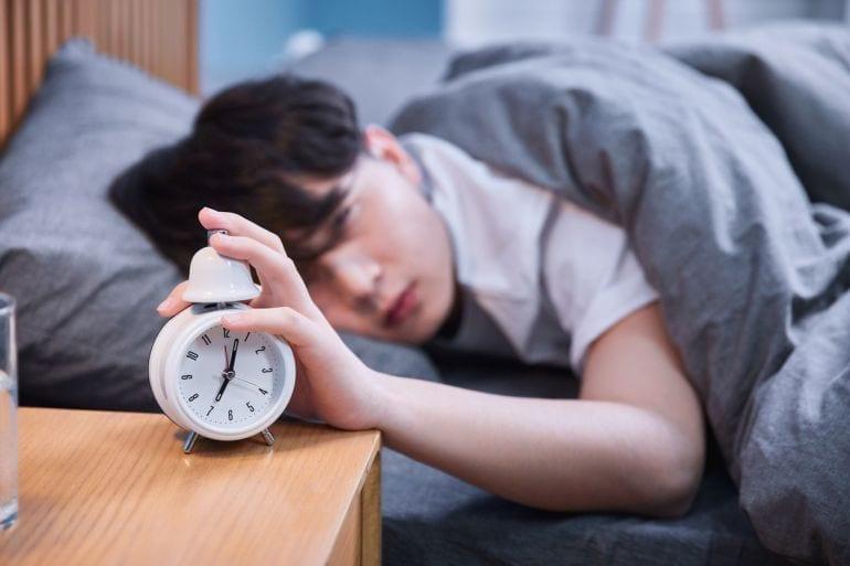 Een puber die op zaterdagochtend naar zijn baantje gaat in 45 irritante stappen