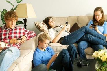10 dingen die jij irritant vindt aan pubers en hun mobiele telefoon