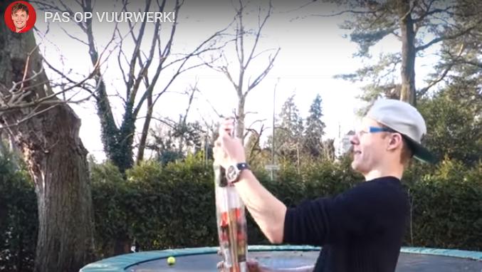 Enzo Knol laat zien: zo steek je veilig vuurwerk af