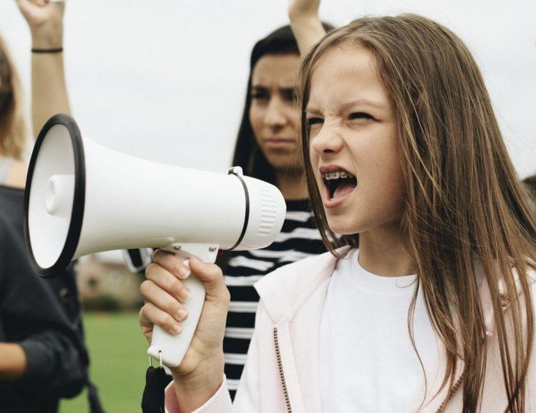 Pubers laten protesteren is een vorm van kindermishandeling vindt psycholoog Esther van Fenema. Eh, sorry?