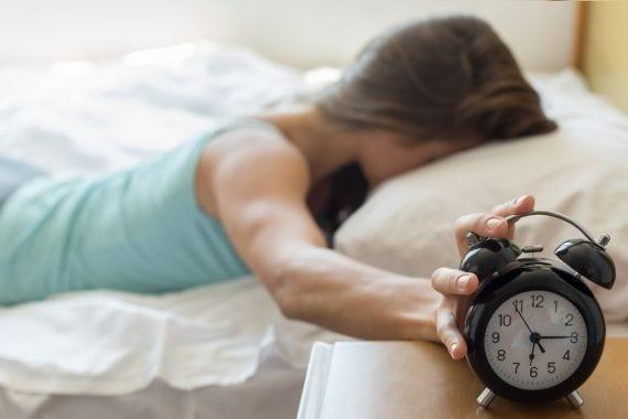 Goed nieuws voor je puber: de wekker moet de deur uit