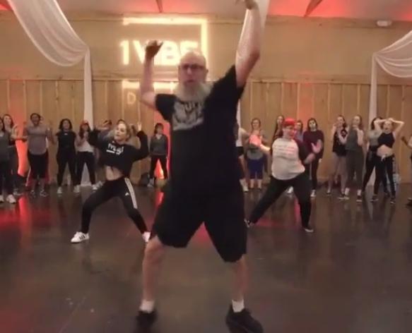Deze man laat zien dat je nooit te oud bent om te dansen