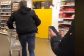 Deze man wint een minuut winkelen en geeft ons allemaal een lesje bescheidenheid